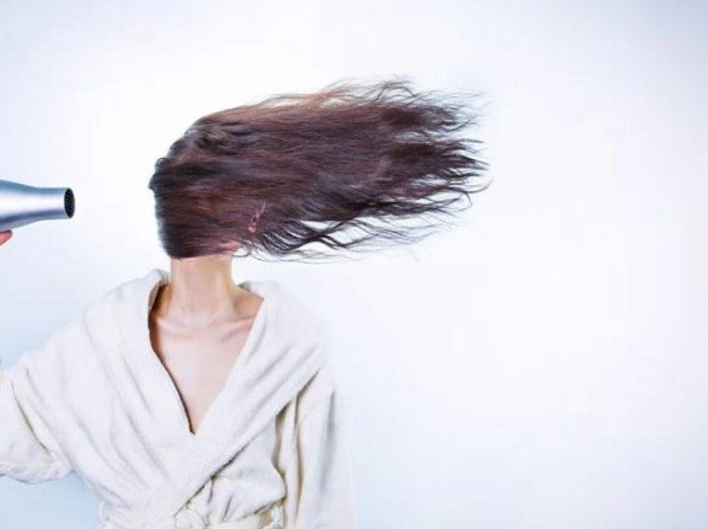 Cheveux déshydratés : comment les soigner?